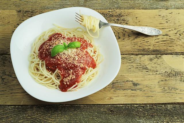 prato de macarrão com molho de tomate