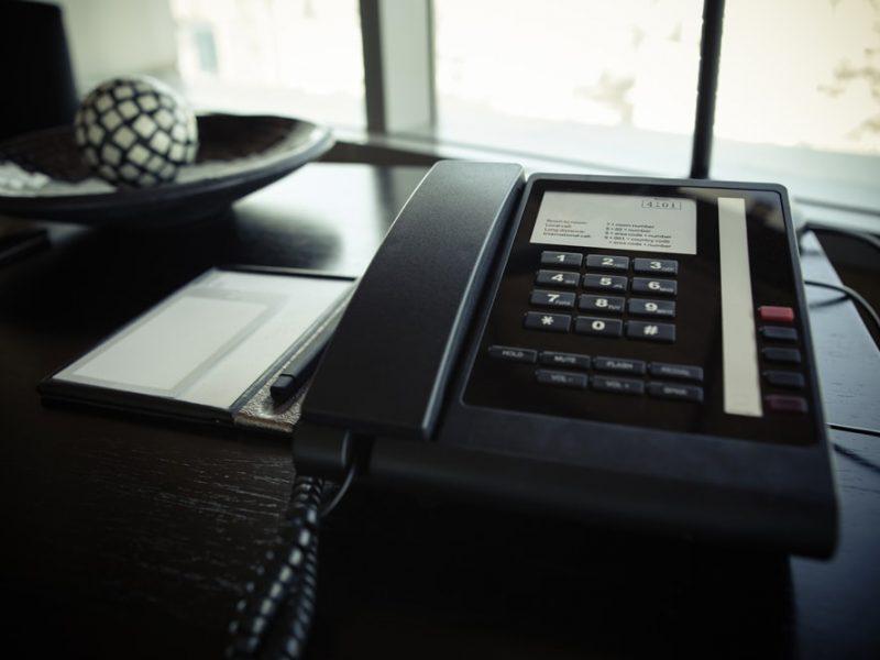 telefone em cima da mesa